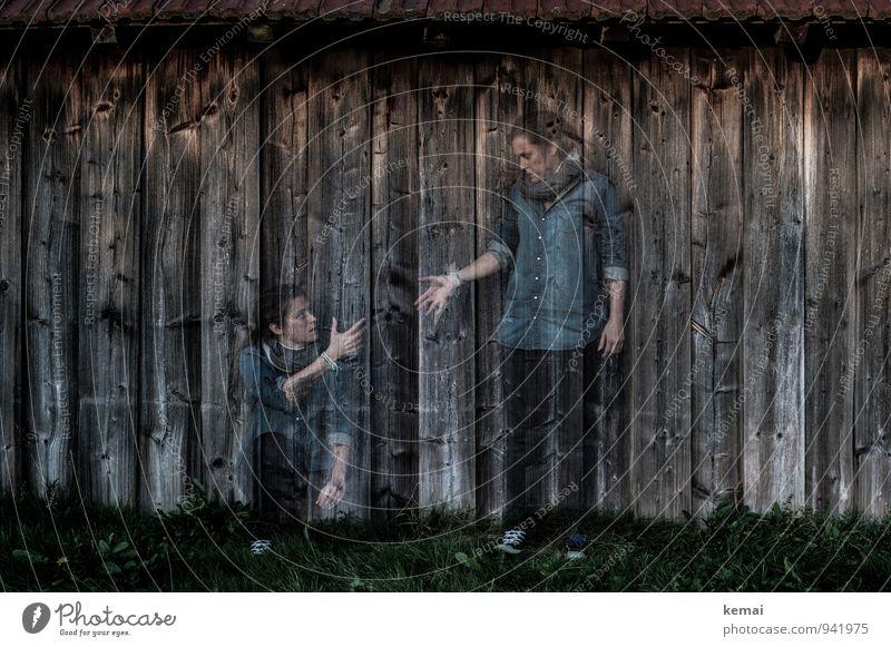 Me & myself Mensch Frau Hand Erwachsene Wand Leben Gefühle feminin Gras Mauer Holz Freundschaft Zusammensein Lifestyle sitzen stehen