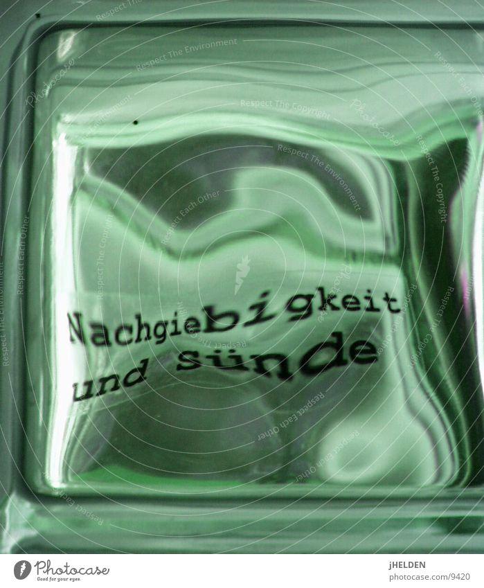typo & glas Typographie Glasbaustein Lyrik Emotiondesign Makroaufnahme Nahaufnahme Gastronomie Berlin Schriftzeichen typography window letter Verzerrung rippled