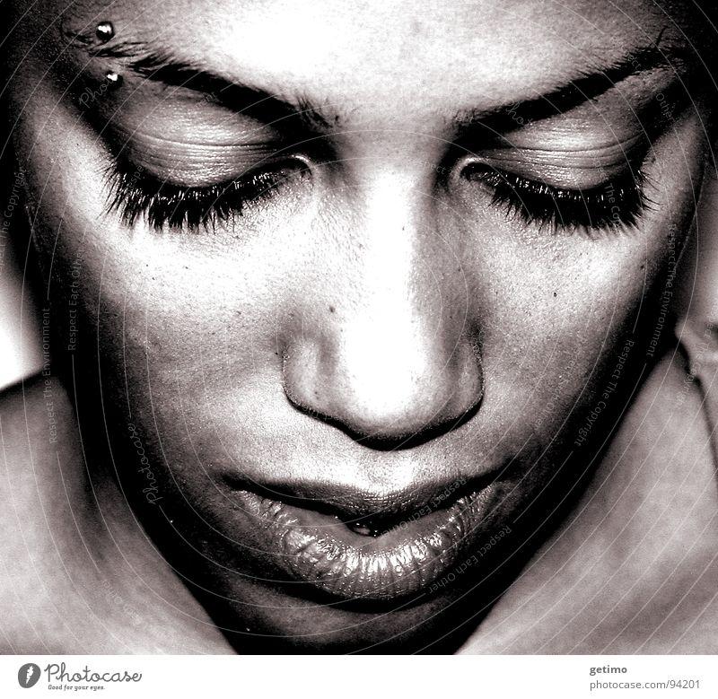 TSA Frau Piercing Porträt Denken Afrikaner Augenbraue schön Trauer Verzweiflung Dame Schwarzweißfoto Traurigkeit