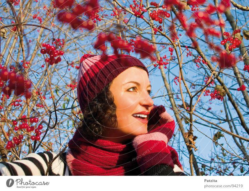 Im Zauberbeerenland Frau Mütze Schal Handschuhe Winter Herbst Wald rot Sträucher schön Porträt stark Wiese Streifen Lippen träumen Denken wandern Spaziergang