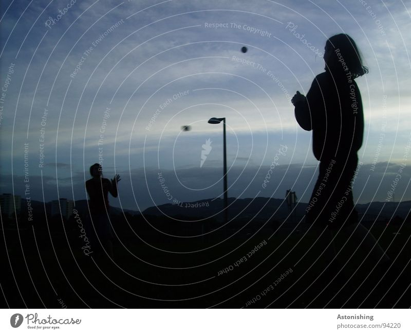 Morgensport Freude Spielen Ball Mensch maskulin Freundschaft Jugendliche Leben Hand 2 18-30 Jahre Erwachsene Umwelt Natur Landschaft Himmel Wolken Horizont