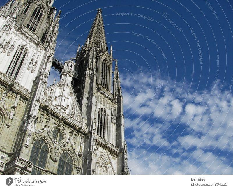 himmelhochjauchzend alt Himmel blau Wolken grau Gebäude Religion & Glaube Architektur groß Hochhaus Rücken Macht Niveau Turm Kultur
