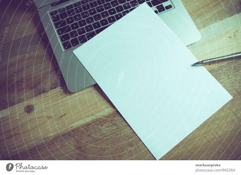 home office blanko papier Schreibtisch Büro Notebook trendy retro box co-working coder creative cup of coffee Designer desk freelance freelancer hipster