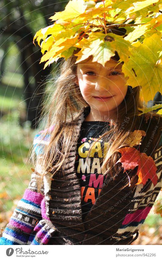 Mensch Kind Natur blau schön grün Baum rot Mädchen gelb Gesicht Herbst Gefühle Haare & Frisuren Gesundheit Garten