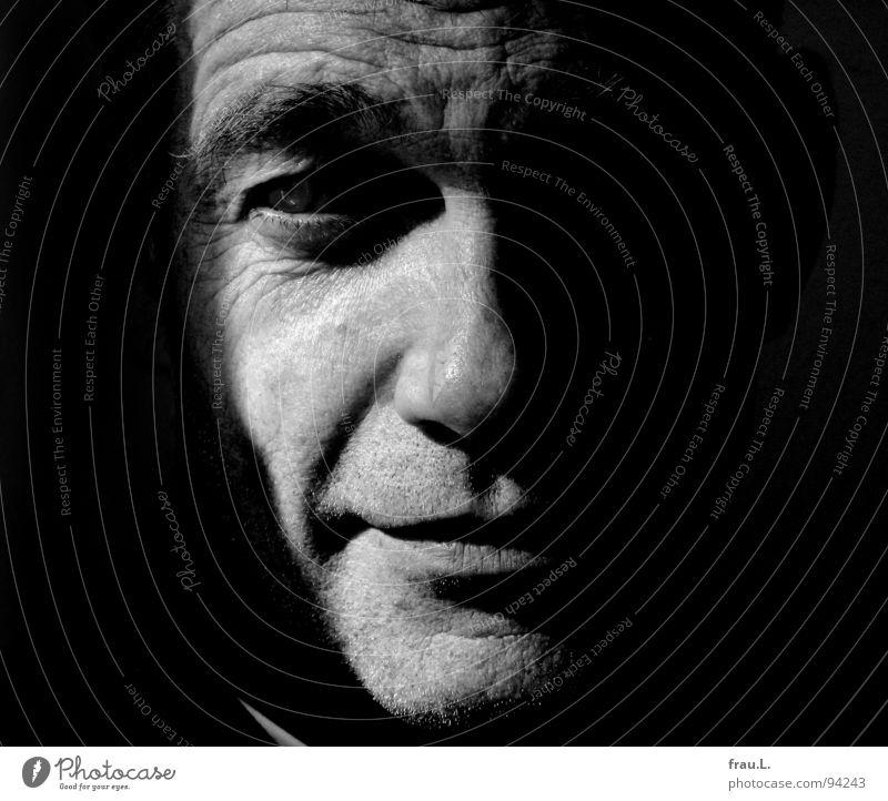 Mann maskulin intensiv 50 plus Augenbraue buschig Hälfte Sonnenlicht Porträt Konzentration Mensch Blick Gesicht typisch Falte Kontrast Mund