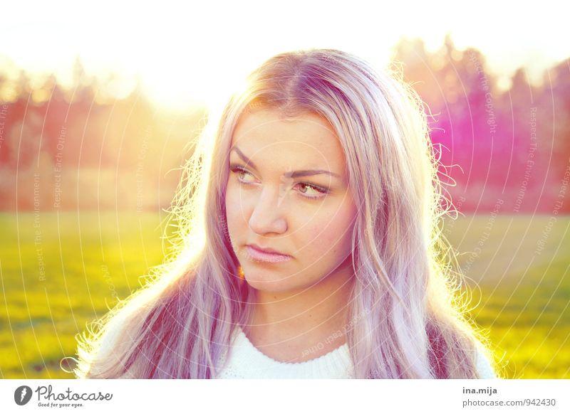lilahaarig Mensch Frau Jugendliche schön Junge Frau 18-30 Jahre Gesicht Erwachsene Leben feminin Haare & Frisuren glänzend Zufriedenheit nachdenklich leuchten ästhetisch