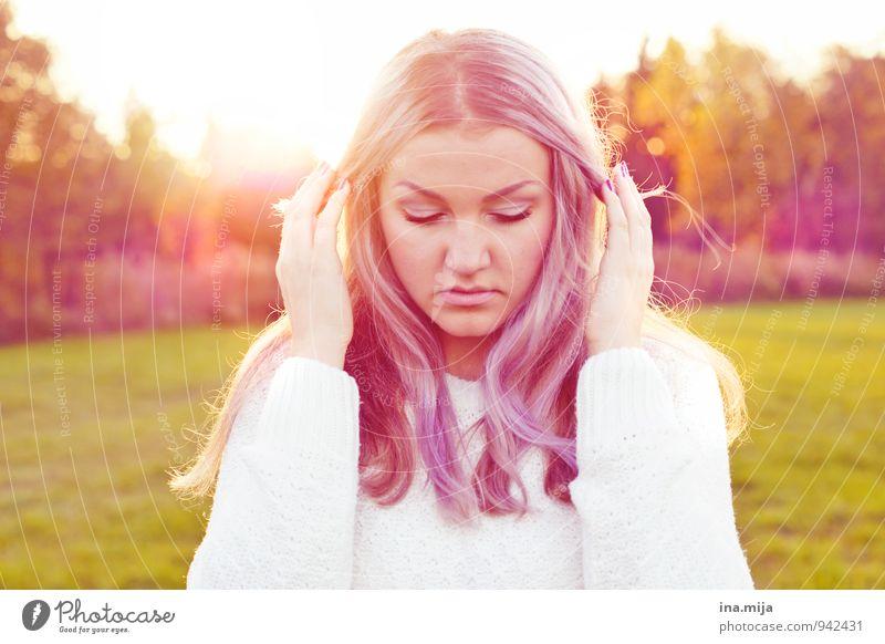 positive Aura Mensch Frau Natur Jugendliche schön Junge Frau 18-30 Jahre Erwachsene Umwelt Leben Traurigkeit Gefühle Herbst feminin Stil Glück