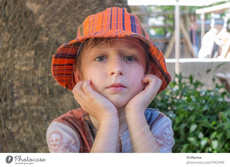 287 [ruhiger Tag II] Lifestyle Ferien & Urlaub & Reisen Garten Kind Junge Kindheit Leben 1 Mensch 3-8 Jahre Sommer Hut Mütze beobachten Blick authentisch