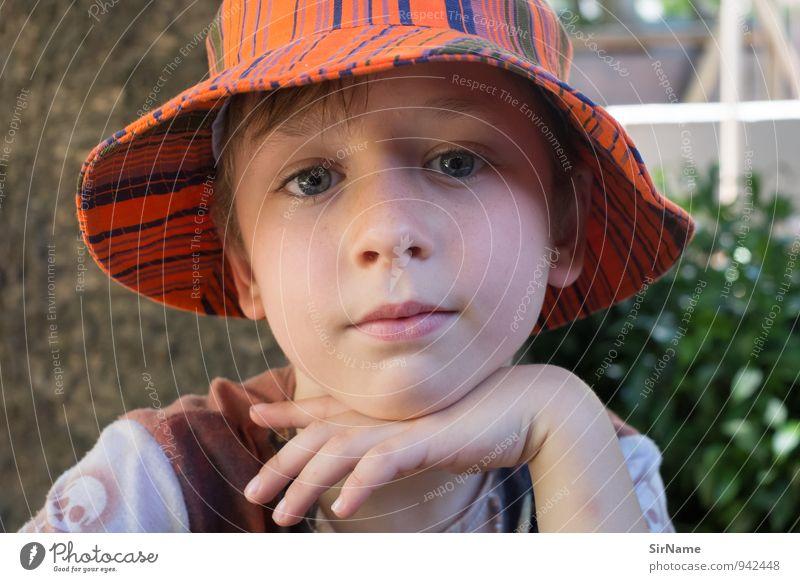 286 [ein ruhiger Tag] Zufriedenheit Ferien & Urlaub & Reisen Sommer Kind Junge Kindheit Leben 1 Mensch 3-8 Jahre Schönes Wetter Baum Sträucher Garten Hut Mütze