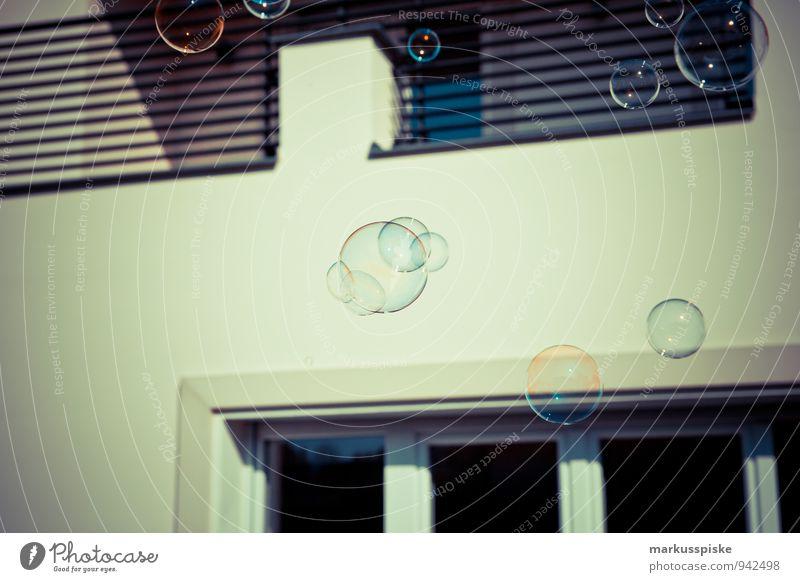 seifenblasen planeten Kind Stadt Wand Mauer Spielen außergewöhnlich fliegen Fassade Lifestyle Wohnung Freizeit & Hobby Häusliches Leben ästhetisch Balkon
