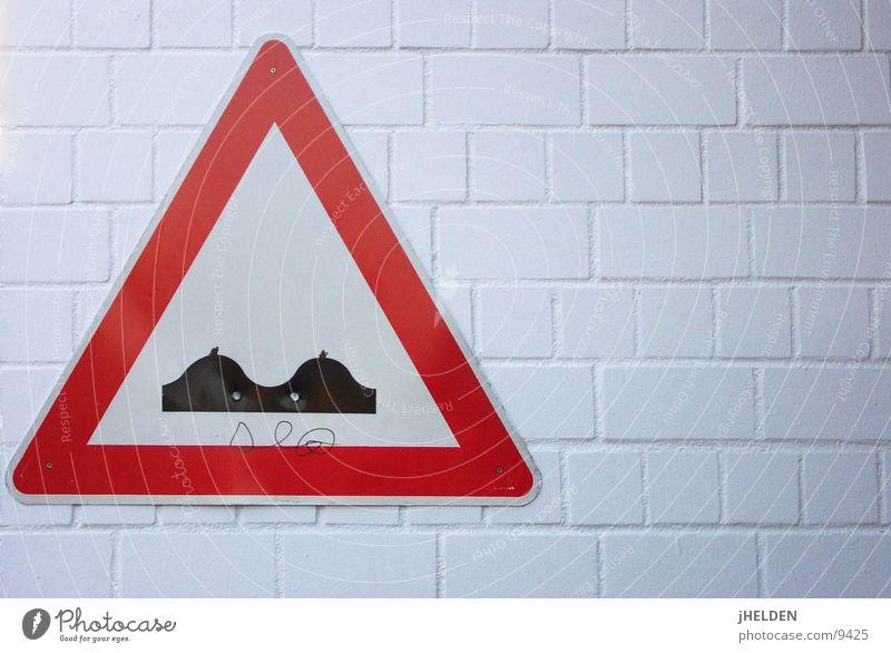 tittingen Verkehrszeichen Wand Schmiererei Emotiondesign Schilder & Markierungen Mauer Bodenerhebung Hinweis Hinweisschild Warnschild Warnung Warnhinweis Witz