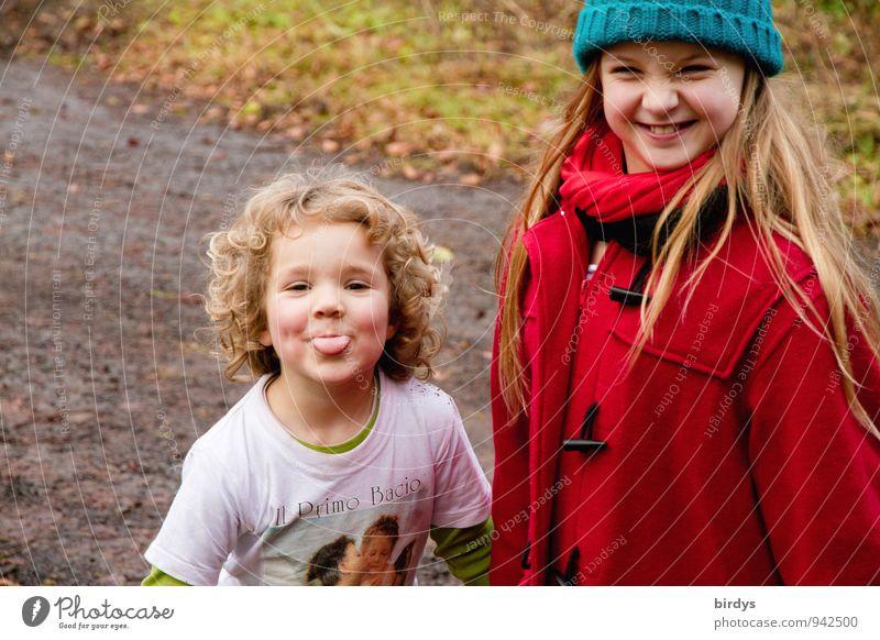 2 lustige Spaßvögel Kind Mädchen Geschwister Freundschaft Kindheit Mensch 3-8 Jahre 8-13 Jahre blond langhaarig Locken lachen leuchten frech Fröhlichkeit