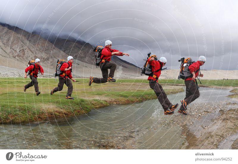 bachüberquerung springen Wasserspritzer Wiese grün Wolken Anspannung Fluss Bach Bewegung bildkomination laufen Dynamik