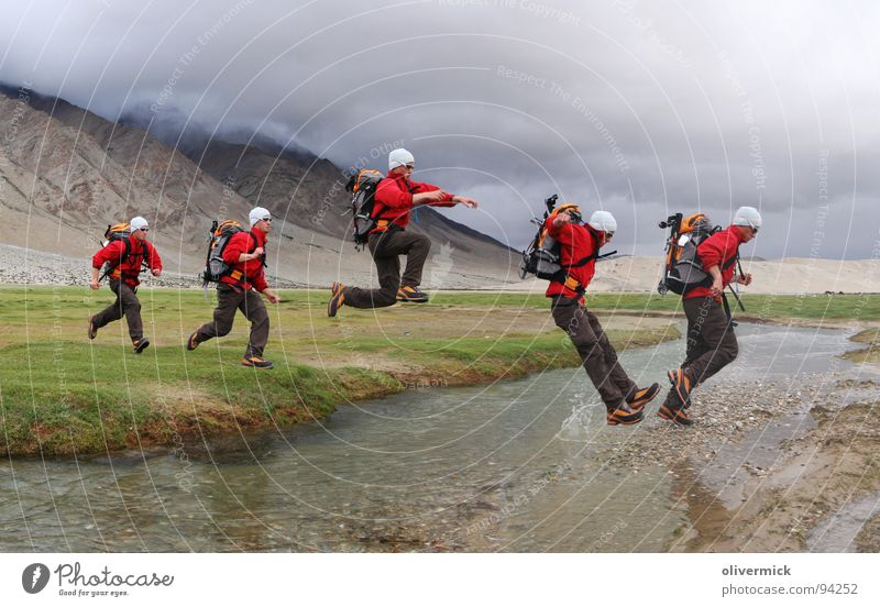 bachüberquerung Wasser grün Wolken Wiese springen Bewegung laufen Fluss Dynamik Bach Anspannung Wasserspritzer