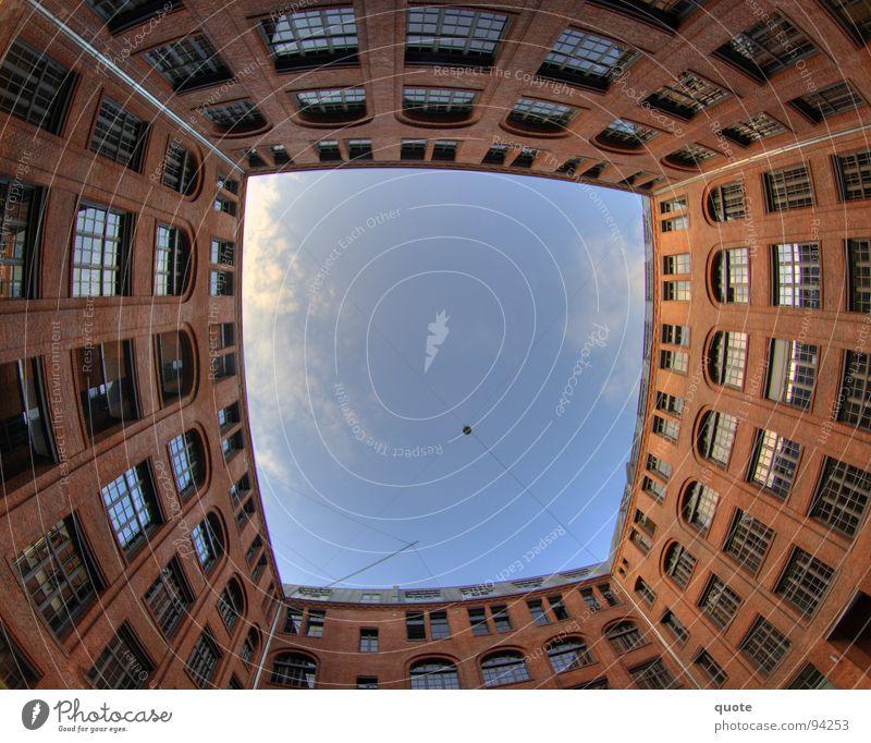 Lichtblick Ferne Haus Am Rand rot braun Fassade Fenster Wolken weiß Rechteck rund Geometrie Wohnung Block umzingeln Tunnel Ausweg HDR Fischauge Berlin Himmel