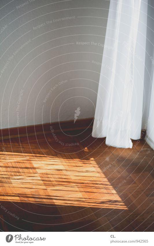 vorhang weiß Fenster Wand Mauer hell braun Wohnung Raum Häusliches Leben Dekoration & Verzierung Stoff Wohnzimmer Vorhang Parkett Lichteinfall