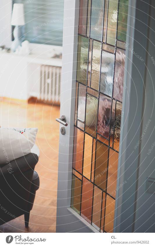 wohnzimmer Häusliches Leben Wohnung einrichten Innenarchitektur Möbel Lampe Sessel Raum Wohnzimmer Parkett Haus Einfamilienhaus Fenster Tür Heizung Türrahmen