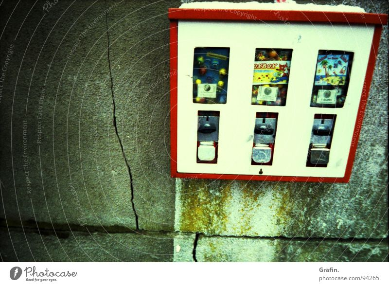 Kindheitserinnerungen weiß rot Freude Schnee Mauer Neugier Süßwaren Riss Nostalgie Bonbon Erinnerung Kaugummi Automat Lebensmittel Cross Processing