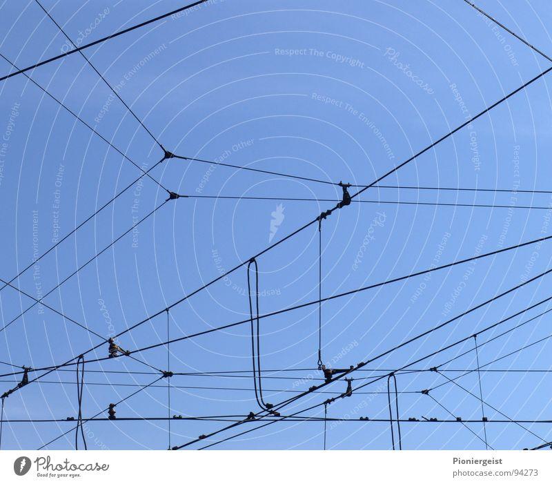 Das Netz 3.1 durcheinander gefangen Spinne netzartig Draht hilflos Oberleitung Detailaufnahme Seil stassenbahn Eisenbahn Irritation
