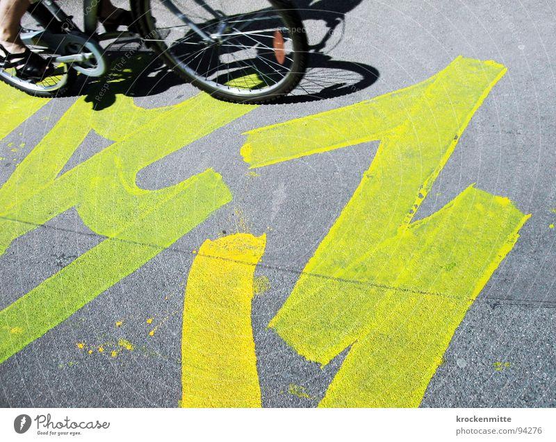 Zebrastreifen an einem Bad-Hair-Day Fahrradfahren Asphalt gelb grau Stadt Gemälde Kunst Pedal Graffiti Wandmalereien Straße Speichen Bodenbelag Bodenbemalung