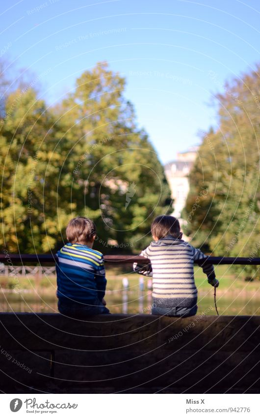 Zwei am Teich Mensch Kind Ferien & Urlaub & Reisen Sommer Herbst Gefühle Junge Spielen See Stimmung Freundschaft Zusammensein Familie & Verwandtschaft Park