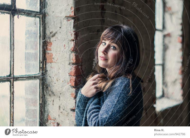 wärmen Junge Frau Jugendliche 1 Mensch 18-30 Jahre Erwachsene Mauer Wand Fenster Jacke Strickjacke brünett langhaarig frieren stehen schön Blick Hand Heuboden