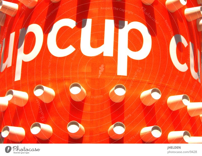 a cup is a cup is a... weiß Farbe lustig Kunst orange offen Fröhlichkeit rund Werbung Typographie Becher Drehung Design Weltmeisterschaft Kunsthandwerk fixieren