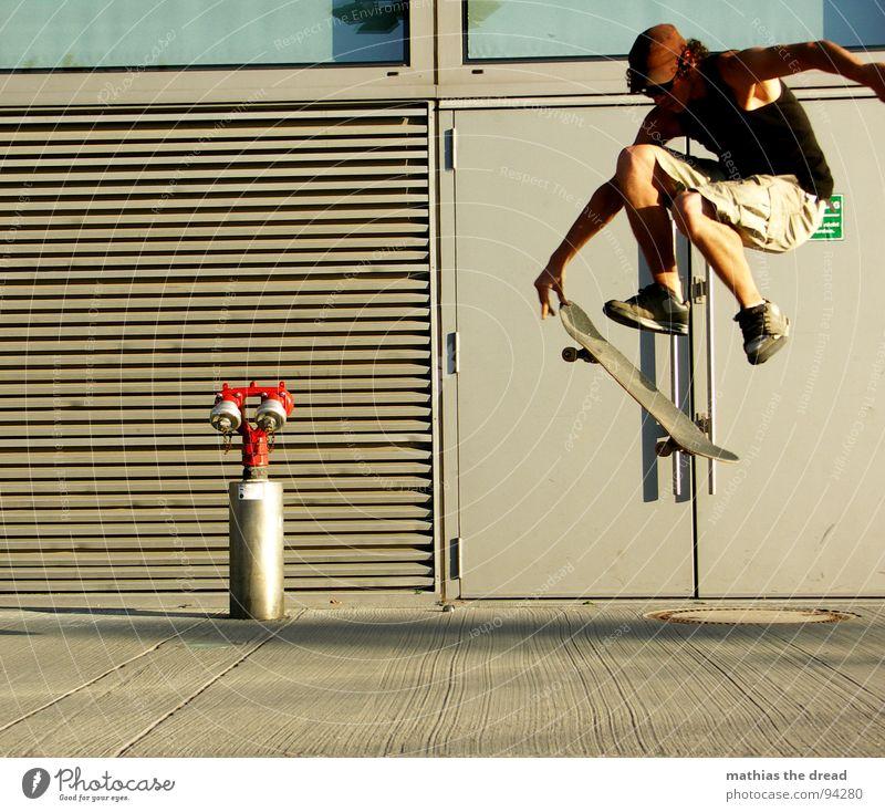 Flugphase III Sport belasten Gesundheit Freizeit & Hobby springen Skateboarding Hydrant rot Beton Wand Sonnenlicht Mann Junger Mann Mütze Shorts Sprungkraft