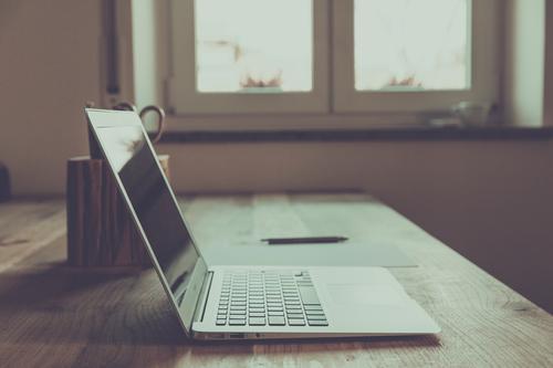 neourban hipster office sprechen Büro Erfolg retro trendy Sitzung Dienstleistungsgewerbe Schreibtisch Karriere Notebook altehrwürdig Werbebranche Designer