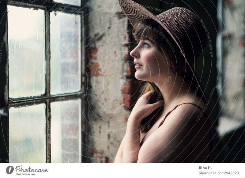 Mädchen mit Hut Junge Frau Jugendliche 1 Mensch 18-30 Jahre Erwachsene Mauer Wand Fenster Hemd brünett langhaarig Lächeln schön Zufriedenheit Lebensfreude Blick
