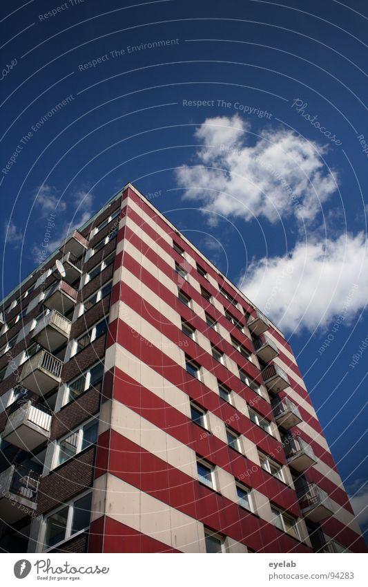 Sozialer Leuchtturmbau Himmel weiß Stadt blau rot Sommer Haus Wolken Einsamkeit Fenster Stein Gebäude Wohnung Beton Hochhaus hoch