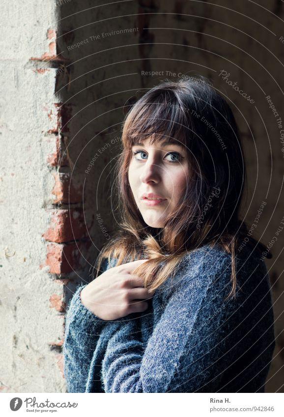 wärmen II Junge Frau Jugendliche 18-30 Jahre Erwachsene Mauer Wand Strickjacke brünett langhaarig Erholung frieren stehen Freundlichkeit schön feminin Blick