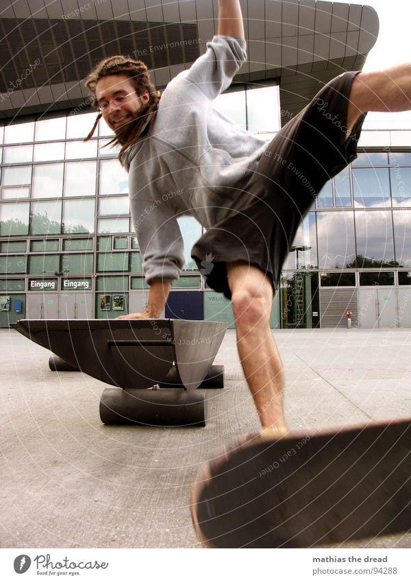 Körpereinsatz - Ohne Verluste Mann maskulin Jugendliche Rastalocken Skateboarding Sport Aktion Sturz Seite Gesundheit unterwegs Freude Spielen Dread Extremsport