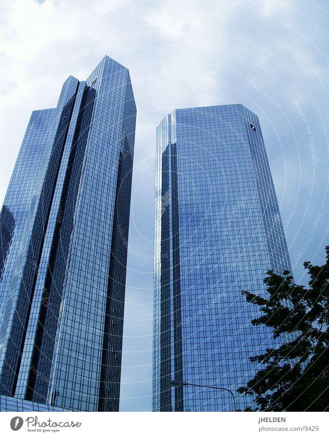 db Stil Kapitalwirtschaft Himmel Wolken Stadt Skyline Hochhaus Beton Glas Stahl alt historisch modern neu blau Versicherung Frankfurt am Main Emotiondesign