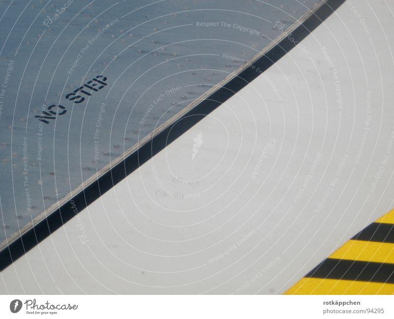 Don't step Ferien & Urlaub & Reisen schwarz gelb Freiheit Linie Flugzeug Industrie ästhetisch Luftverkehr gefährlich Tourismus Schriftzeichen bedrohlich Flügel Streifen Stahl
