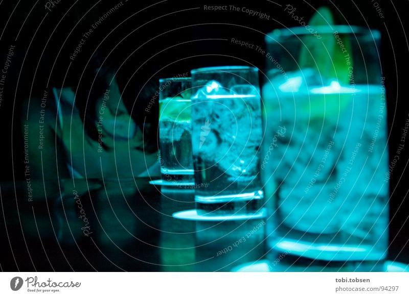 aurora Tisch Valencia Spanien Frau Licht zyan gelb grün Glas Eiswürfel Vodka Sekt Zitrone Getränk Cocktail Nacht Club Gastronomie Krimineller Kriminalität