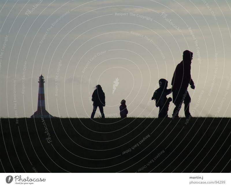 Schattenspiel Leuchtturm dunkel Kind St. Peter-Ording Westerhever Leuchtturm Wind kalt Spaziergang ruhig Erholung Außenaufnahme Gegenlicht Strand Küste Norden