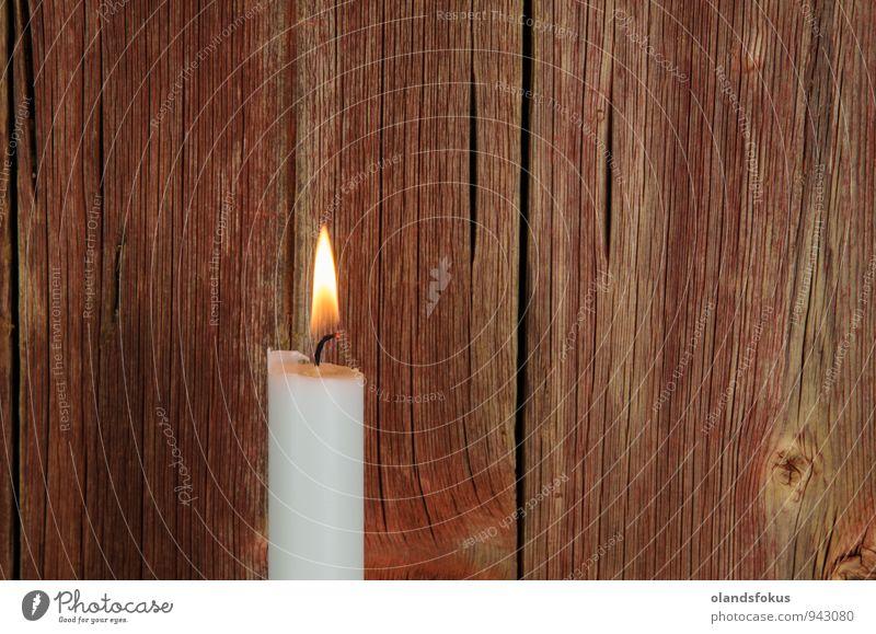 Einzelne brennende Kerze auf rot verwittertem Hintergrund Innenarchitektur Dekoration & Verzierung alt retro weiß Nostalgie Antiquität Bestattung Brandwunde