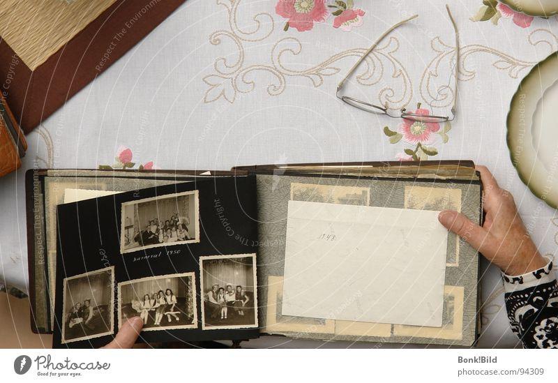 Erinnerungen Hand Brille Großmutter historisch früher Stickereien Fotoalbum
