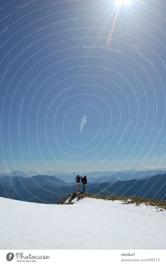 traumtag Mensch Mann Himmel Sonne blau Freude Sport Schnee Spielen Berge u. Gebirge Freundschaft wandern Ecke Pause Aussicht
