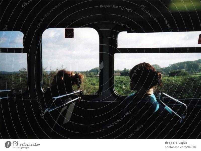 Weitsicht Aussicht ländlich Denken Freundschaft England dunkel schwarz Sommer unterwegs Feld countryside Bus Blick Silhouette Lomografie Sonne Ausflug