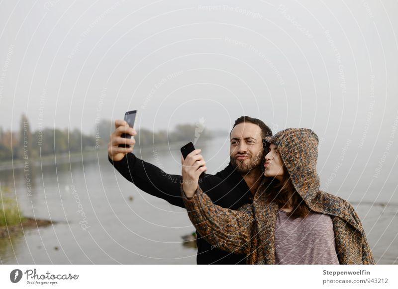 Selfie im Doppelpack Mensch Frau Jugendliche Mann Baum Junge Frau Freude Junger Mann 18-30 Jahre Strand Erwachsene Gefühle Gras Spielen grau Glück
