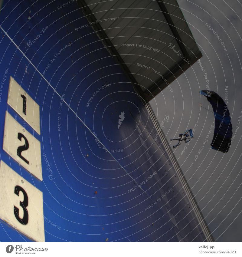 landeanflug Fallschirmspringer springen Gleitschirmfliegen üben Flugplatz Rollfeld Horizont gleiten Formation Wiese Feld Formationsspringen Rucksack Hand Mann