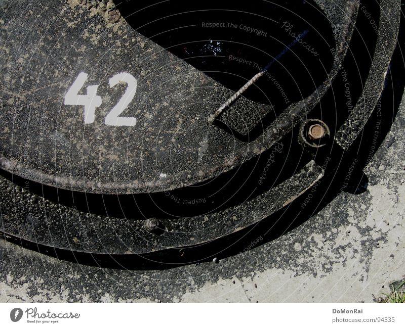 42 Farbfoto Gedeckte Farben Detailaufnahme Experiment Strukturen & Formen Menschenleer Tag Schatten Kontrast Leben Industrie Ziffern & Zahlen rund Gully