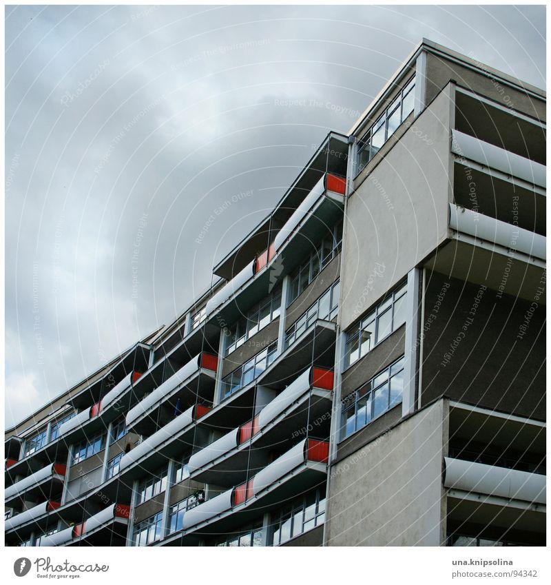 rot kariert Luft Wolken Architektur modern Stadtentwicklung Wohnsiedlung Schwung konkav Wölbung Block Projektil Berlin balkons geschosswohnungsbau Farbfoto