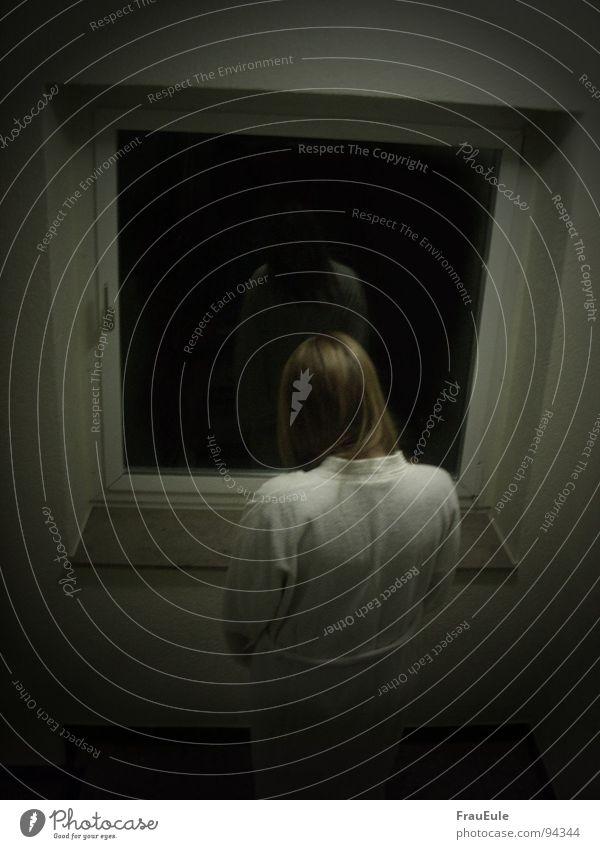 Fahrstuhlpuppe Farbfoto Nacht Kunstlicht Kontrast Reflexion & Spiegelung Oberkörper Rückansicht Fenster dunkel gruselig weiß Einsamkeit Angst Verzweiflung