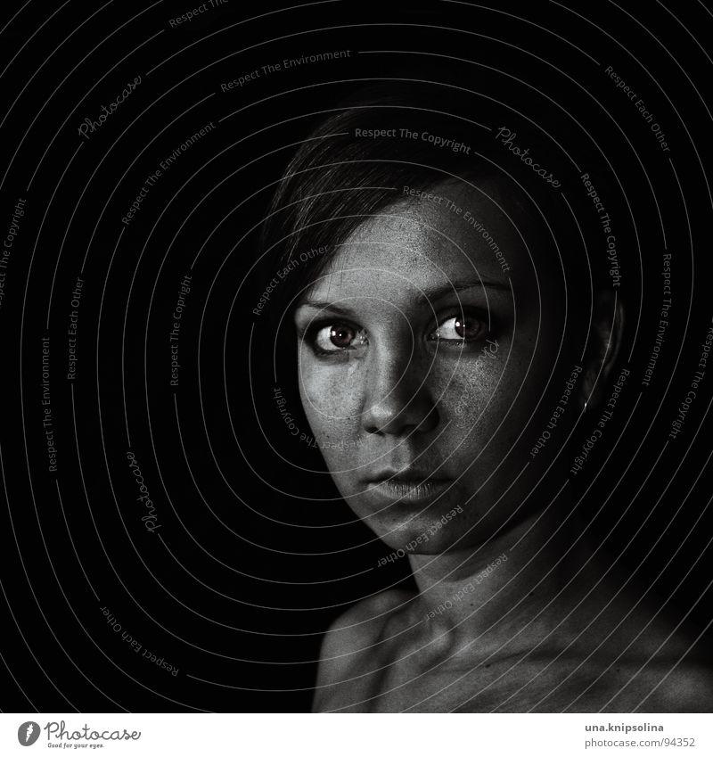 darkness Junge Frau Jugendliche Erwachsene dunkel grau Konzentration fixieren ernst streng Porträt Blick Textfreiraum links Schwarzweißfoto Textfreiraum unten