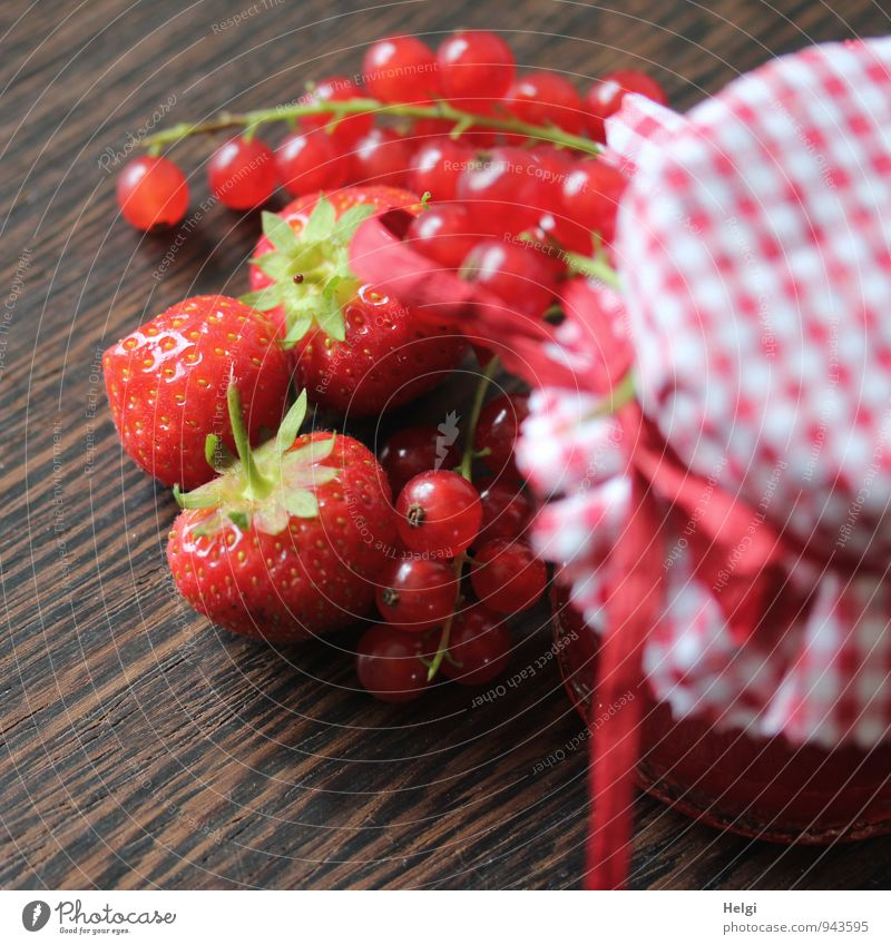 Erdbeer-Johannisbeer-Marmelade Lebensmittel Frucht Erdbeeren Johannisbeeren Ernährung Glas Dekoration & Verzierung Stoff Schleife Bast Holz liegen stehen