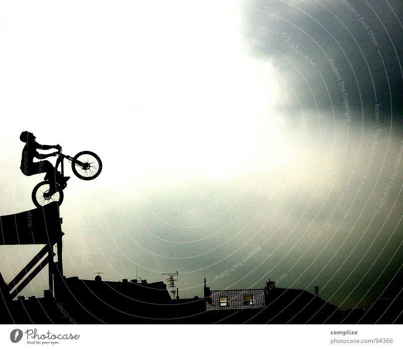 take.. Fahrrad Salto Überschlag Mountainbike Beginn Fahrradfahren Kunst Mut Show Fahrer Mann Geschwindigkeit Kraft geben vorwärts Flugschau Zirkus Profi gewagt