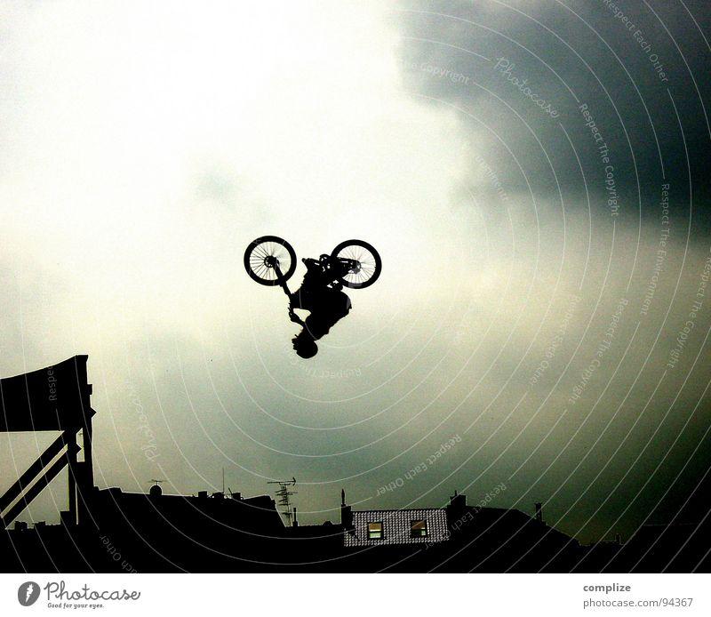 ..off Sport Fahrradfahren Luftverkehr Mann Erwachsene Kunst Zirkus Show Himmel fliegen verrückt Geschwindigkeit Kraft Mut Angst Respekt Beginn Konzentration
